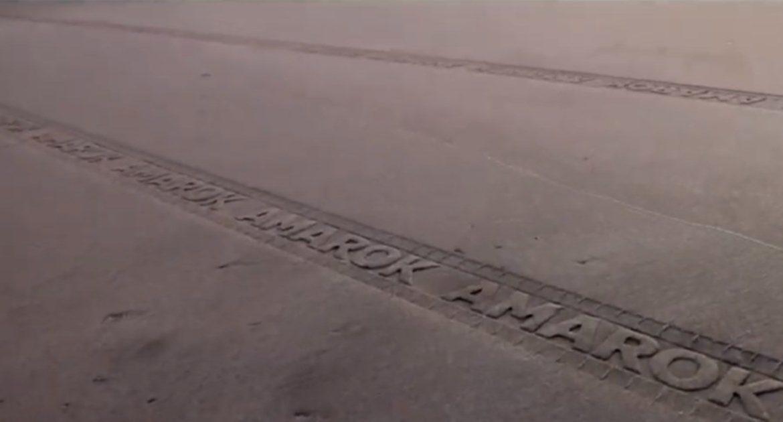 Оставил след: Volkswagen прорекламировал новый автомобиль рекламой на песке
